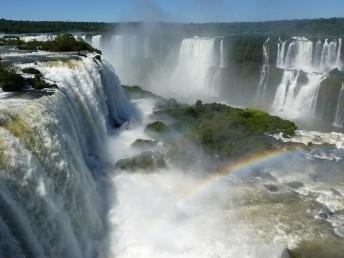 Iguazu Fälle in Brasilien mit Regenbogen