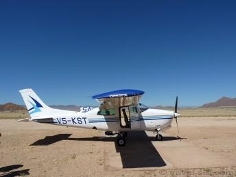Unser Flugzeug steht bereit auf der Startbahn der Sossusvlei Lodge