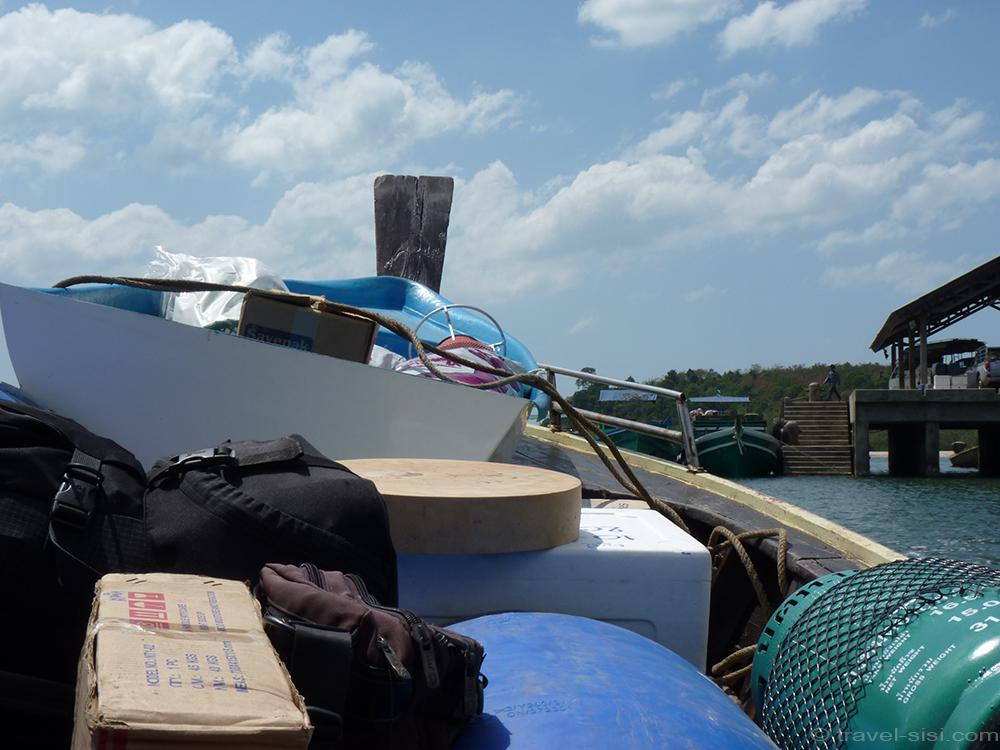 Das Boot legt vollgepackt am Ao Nan Pier ab