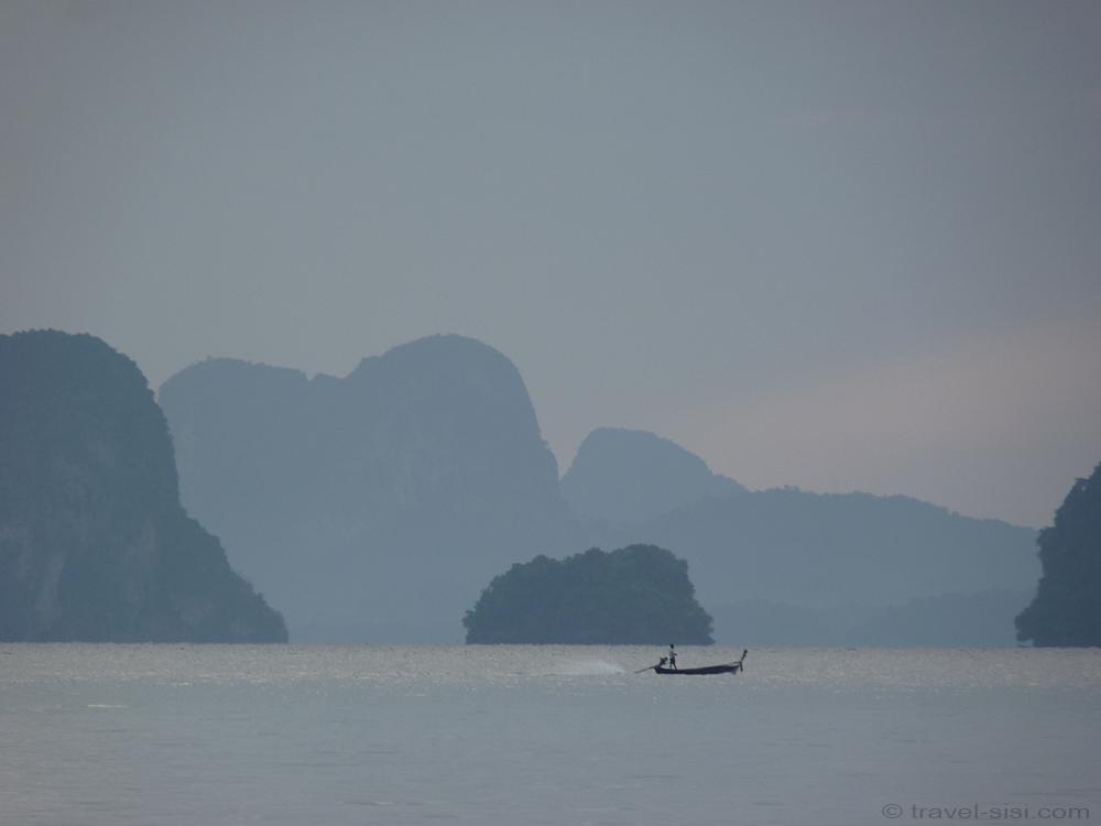 Die Bootsfahrt geht vorbei an Karstbergen