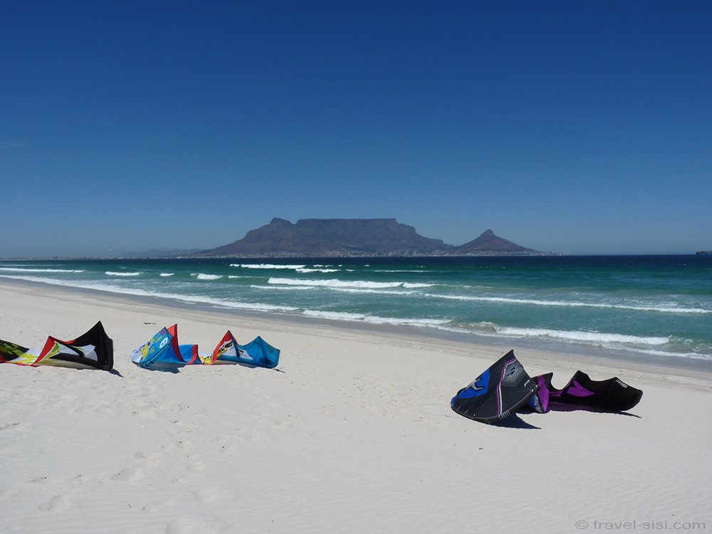 Kites liegen bereit am Traumstrand Kapstadt