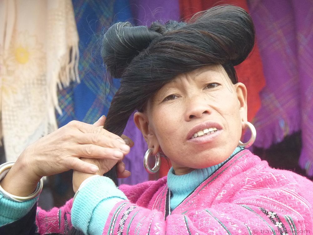 Zhuang Frau frisiert ihre Haare