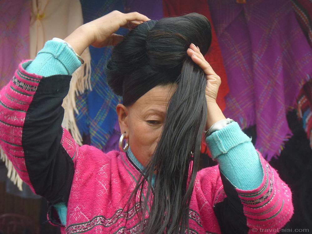 Zhuang Frau macht einen Knoten mit den Haaren