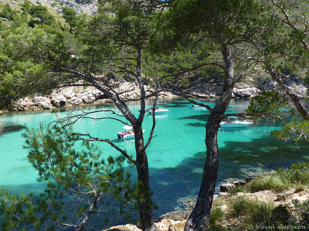 Boote legen an in der Cala Murta Mallorca