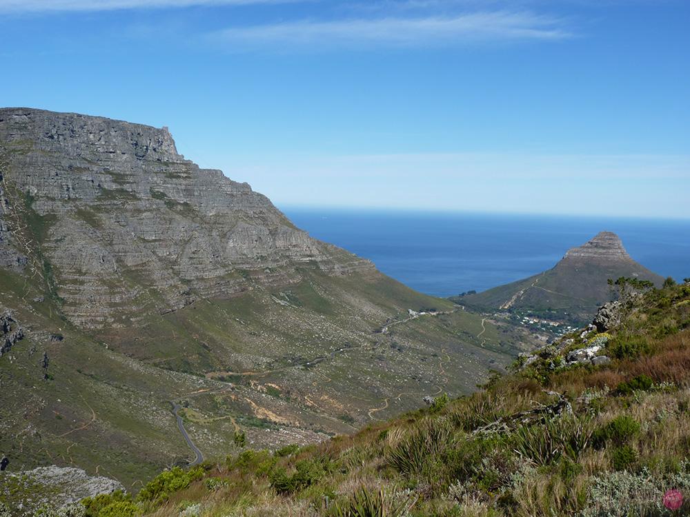 Blick vom Devils Peak auf Tafelberg und Lions Head