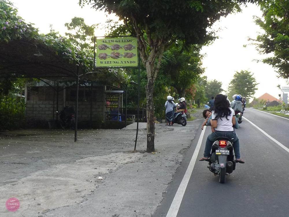 Mit Kleinkind in Bali die Locals fahren mit Baby auf dem Scooter