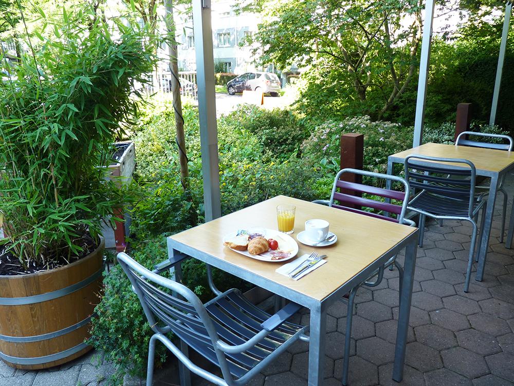 Hotel Alpenblick Bern Frühstück im Garten