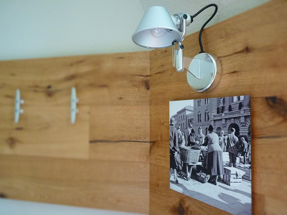 Hotel Alpenblick Bern Holzelemente und alte Fotos von Bern im Zimmer