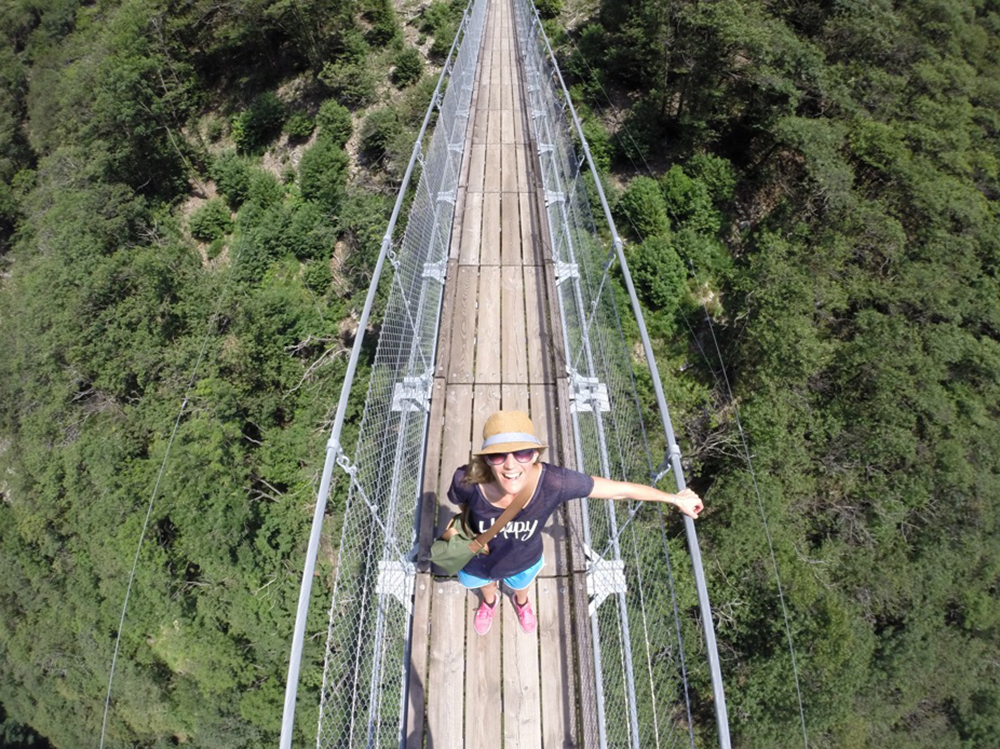 Travel Sisi auf der Ponte Tibetana im Tessin