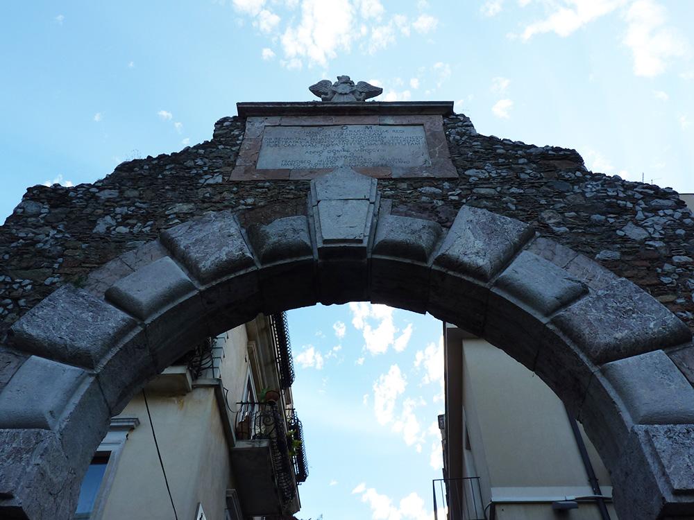 sizilien-reisetipps-stadttor-taormina