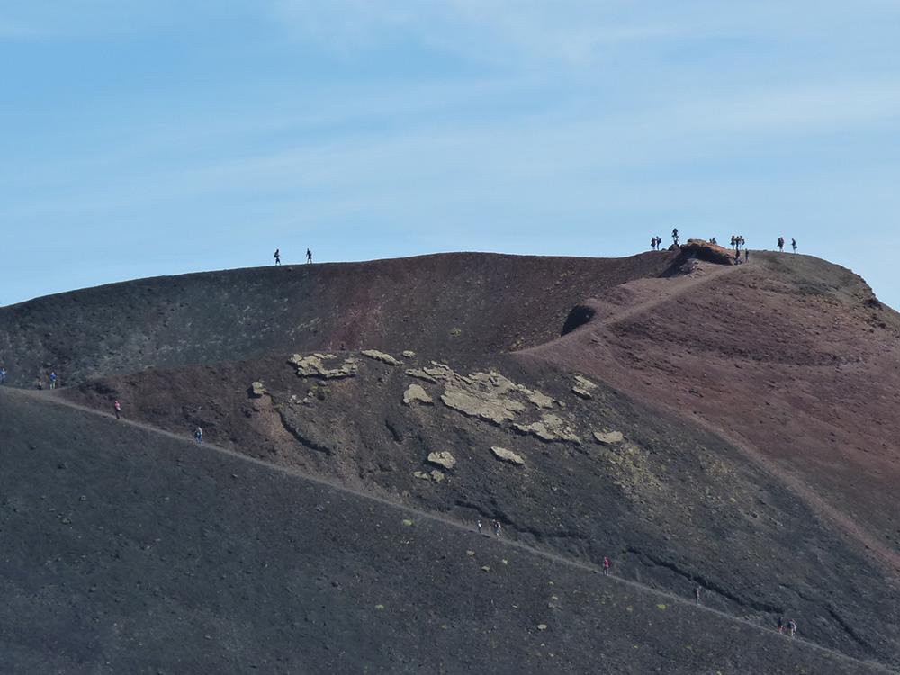 sizilien-reisetipps-wanderung-zu-einem-krater-des-aetnas