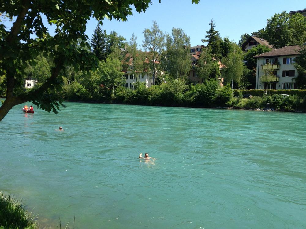 travel-sisi-schwimmt-in-der-aare