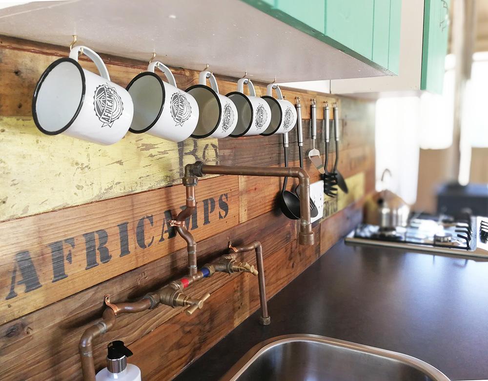 Küchenzeile im Africamps at Pat Busch in Robertson