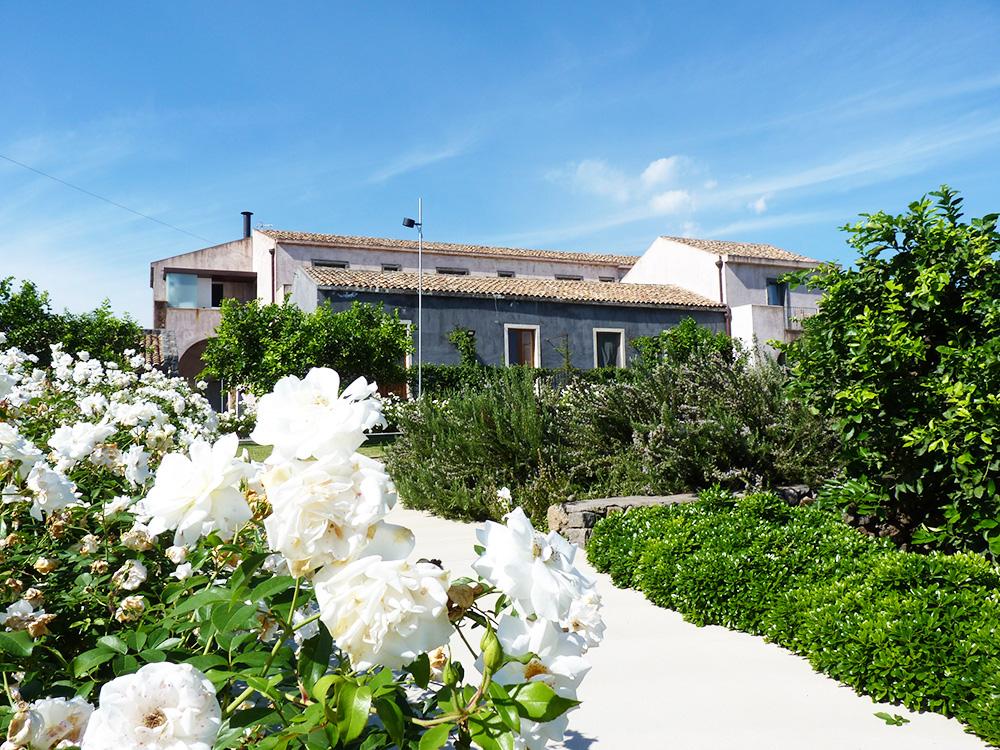 Hoteltipp Sizilien Ramo d'Aria Blick vom Garten auf das Gebäude
