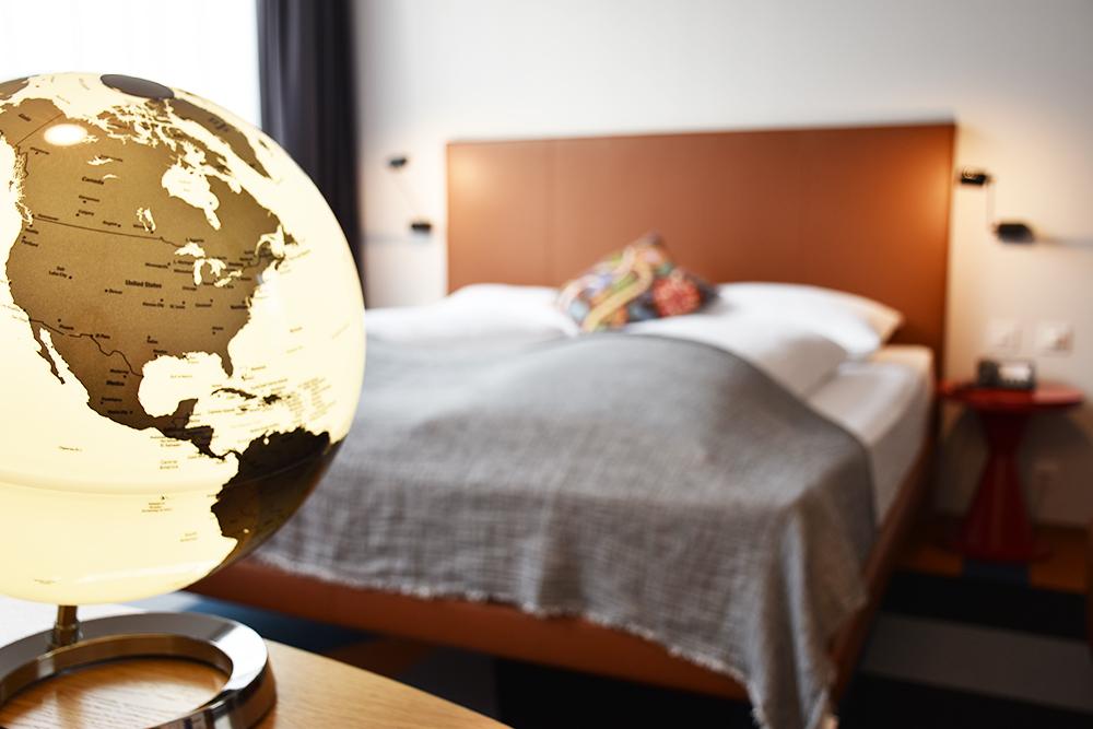 Hoteltipp Nomad Basel Designzimmer mit Weltkugel