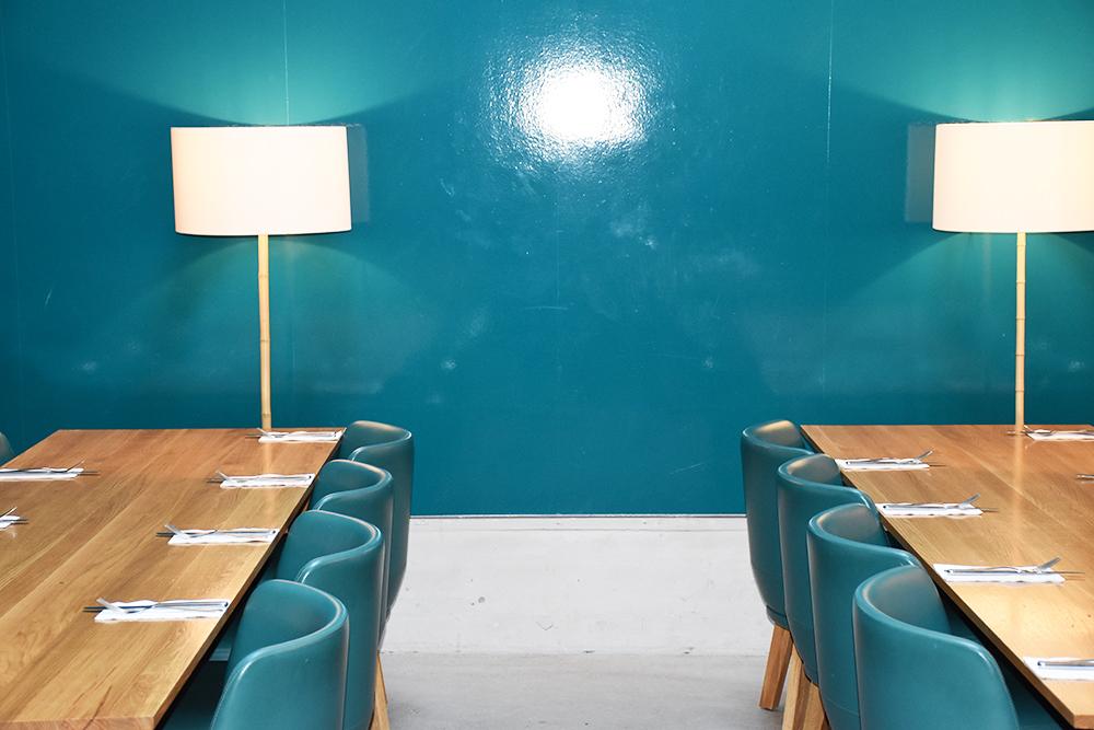 Hoteltipp Nomad Basel stylische Tische in der Eatery