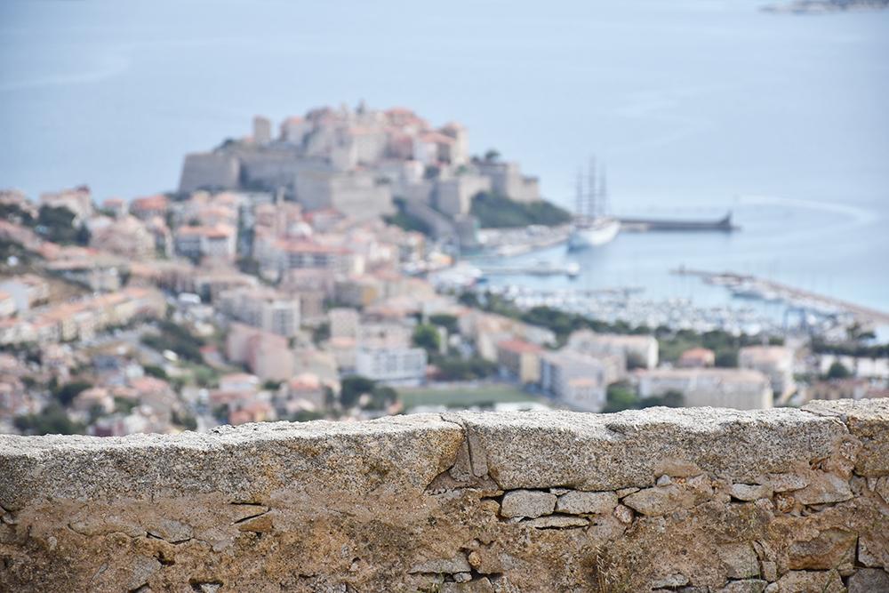Reisetipps Korsika Blick auf die Zitadelle von Calvi von der Madonna de la Serra