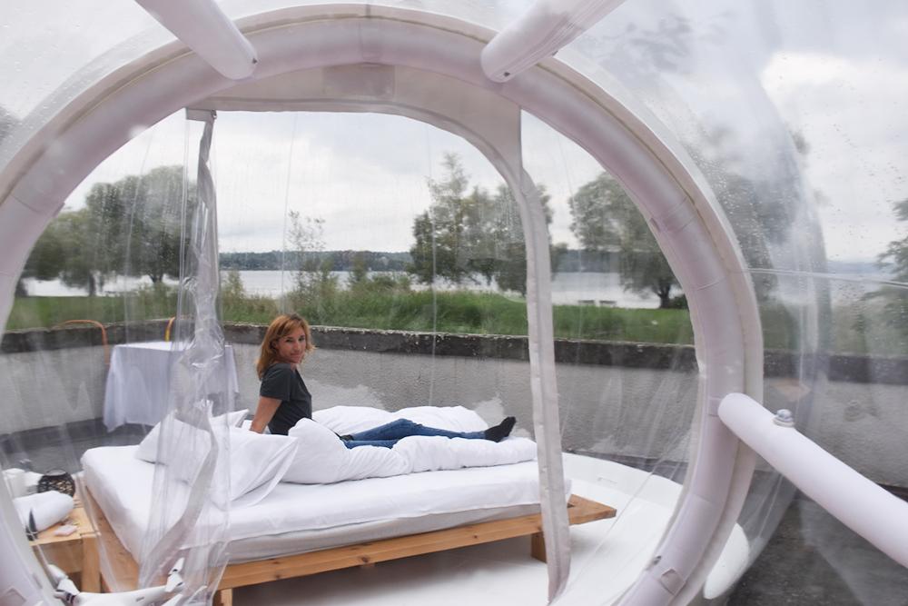 Thurgauer Bubble-Hotel Travel Sisi sitzt im Himmelbett