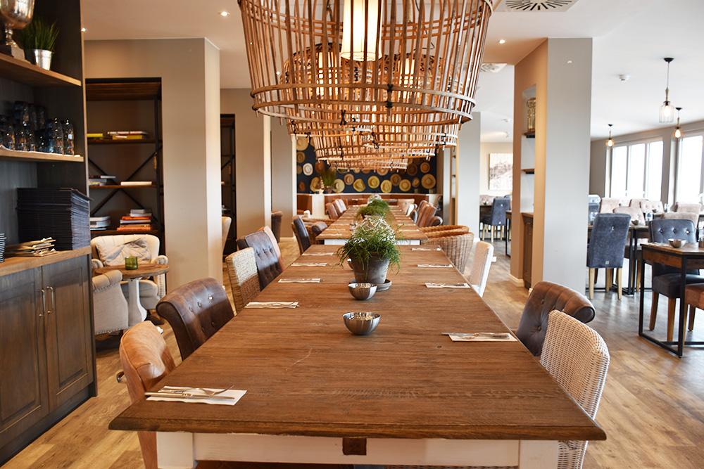 Beach Motel Heiligenhafen langer Tisch im Restaurant