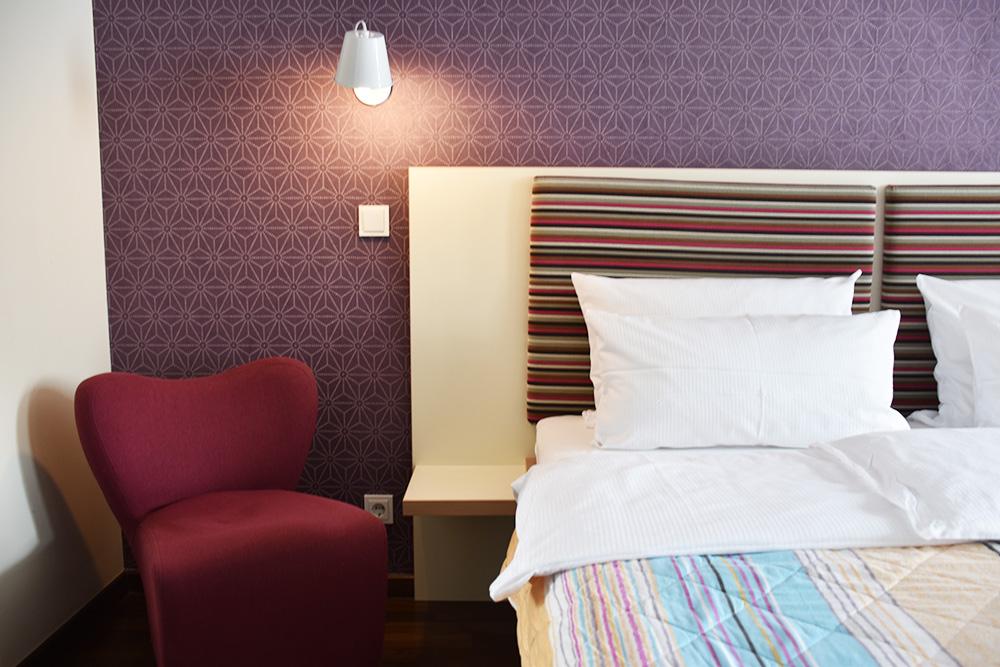 Circus Hotel Berlin Bett und Stuhl im Zimmer