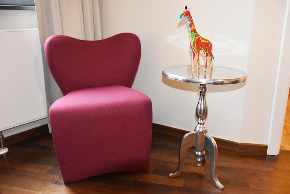 Circus Hotel Berlin Stuhl im Zimmer mit Circus Giraffe