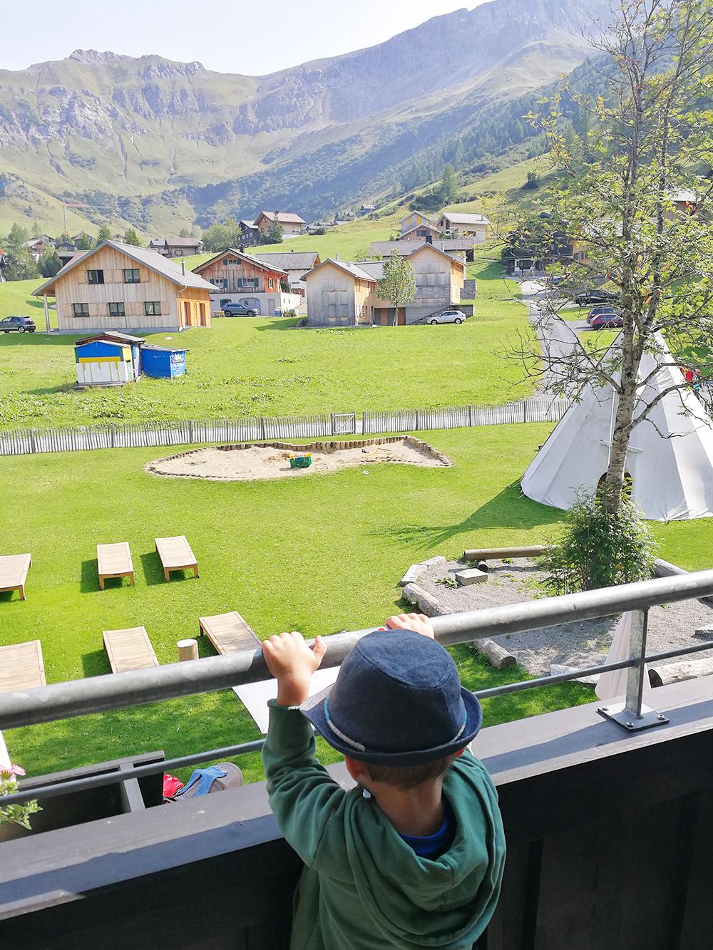 Gorfion das Familienhotel Blick vom Balkon auf den Garten mit Spielplatz