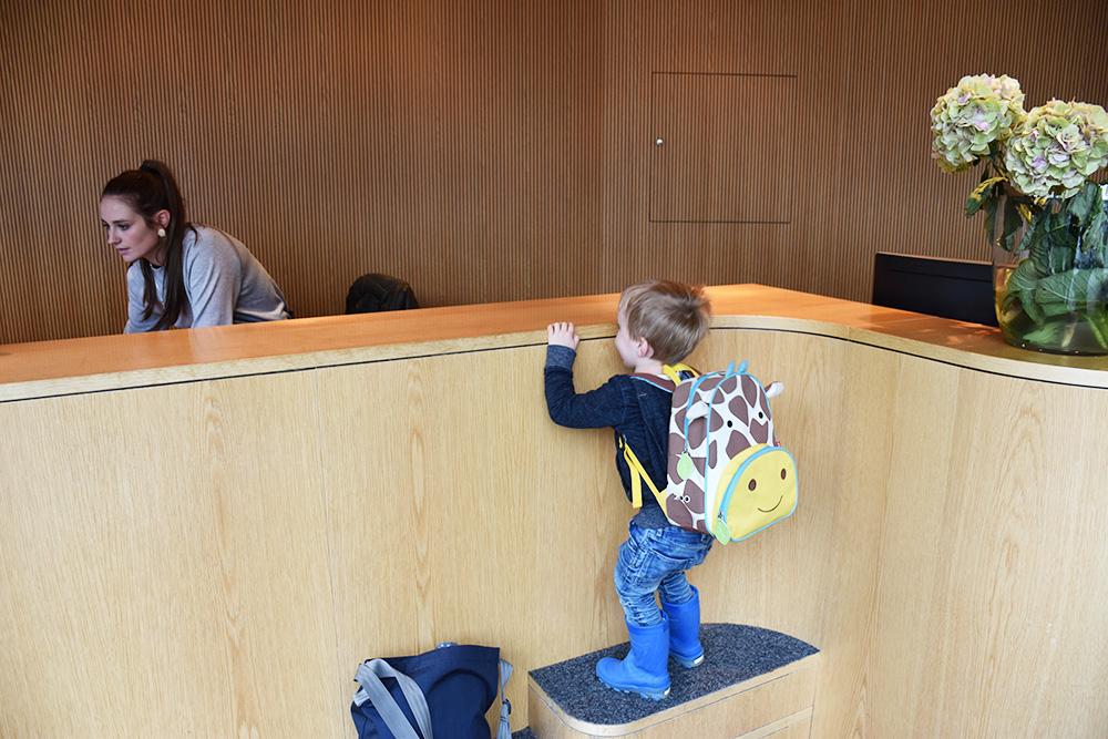 Gorfion das Familienhotel perfekte Rezeptionstheke für kleine Kinder