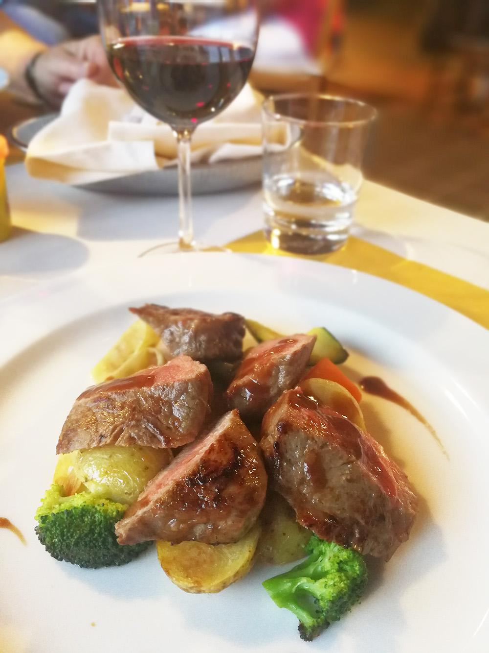 Hotel Serpiano Tessin feine Hauptspeise im Restaurant
