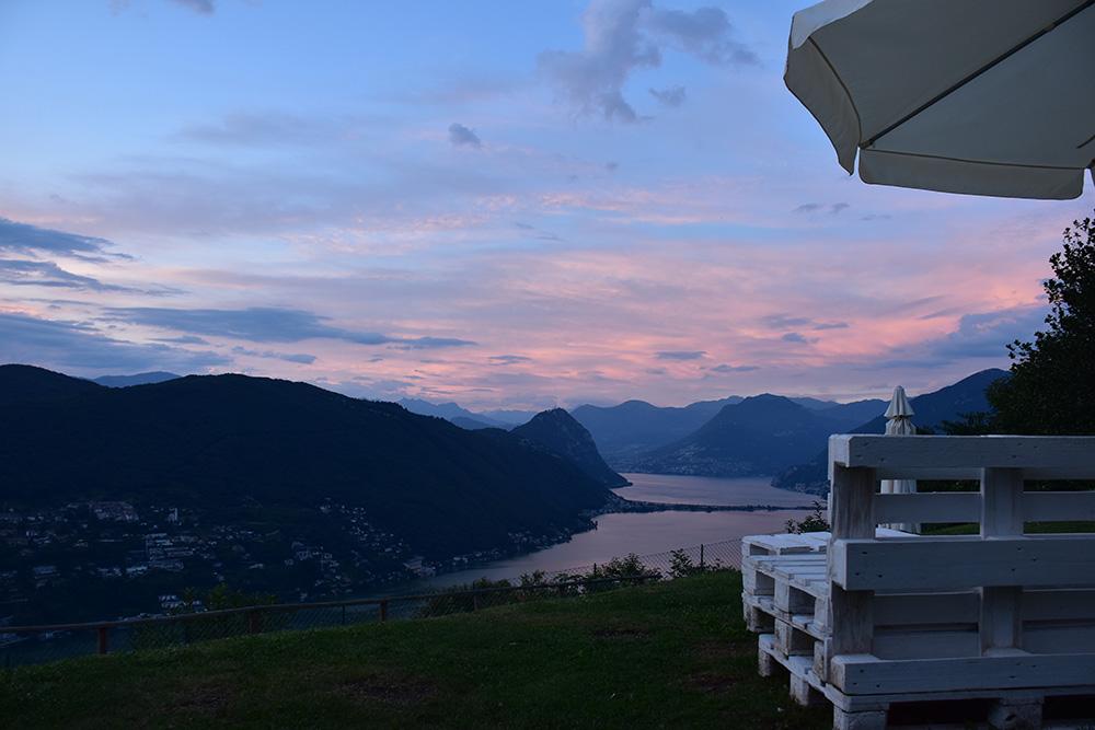 Hotel Serpiano Tessin Sonnenuntergang mit Palettenmöbel
