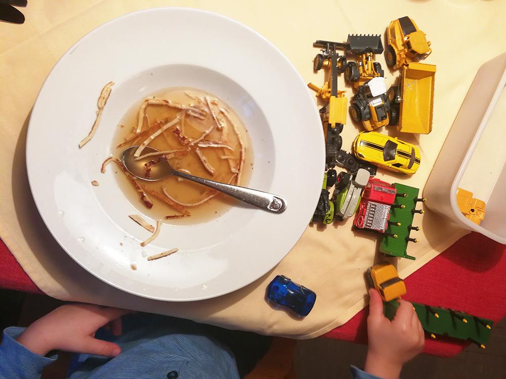 Panoramagasthof Kristberg Spielzeug für Kinder beim Essen