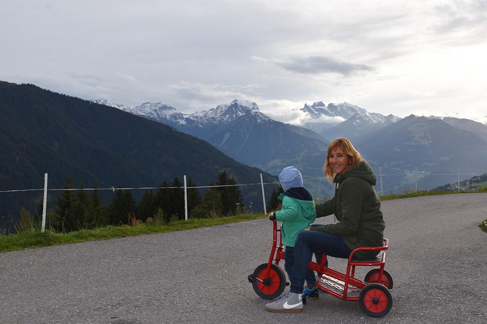Panoramagasthof Kristberg Travel Sisi und Sohn vor dem Gasthof