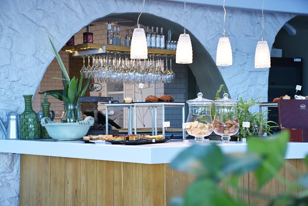Ekies All Senses Resort Blick auf das Kuchenbuffet