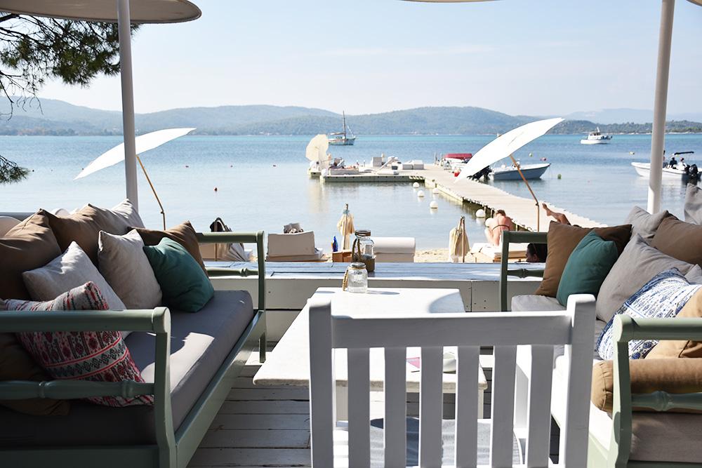 Ekies All Senses Resort Blick von der Terrasse auf den Strand und die Bucht