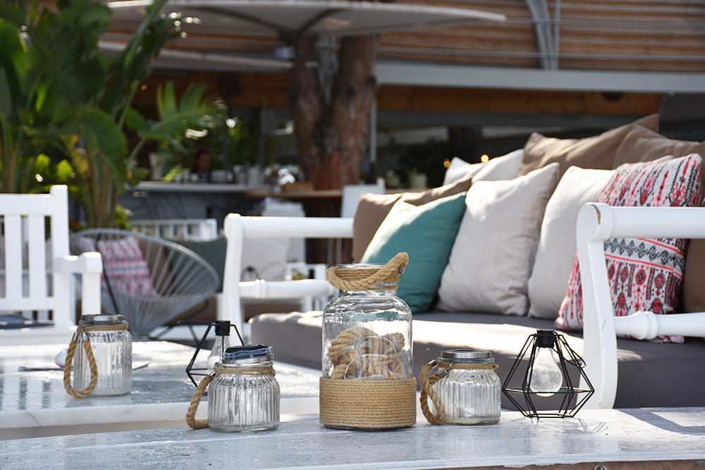 Ekies All Senses Resort Dekoration auf der Terrase mit Lounge