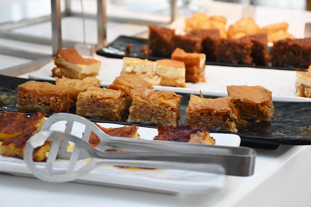 Ekies All Senses Resort Griechische Spezialitäten beim Frühstück