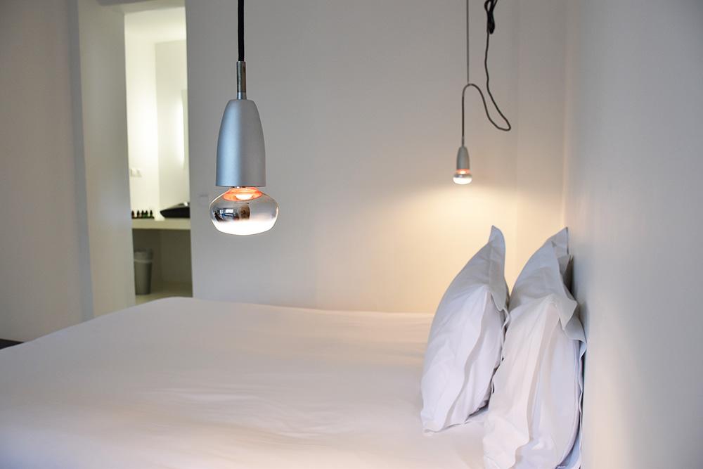 Ekies All Senses Resort Junior Suite mit Blick vom Bett ins Badezimmer