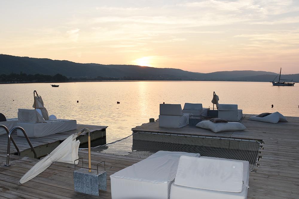 Ekies All Senses Resort Sitzmöglichkeit auf dem Steg