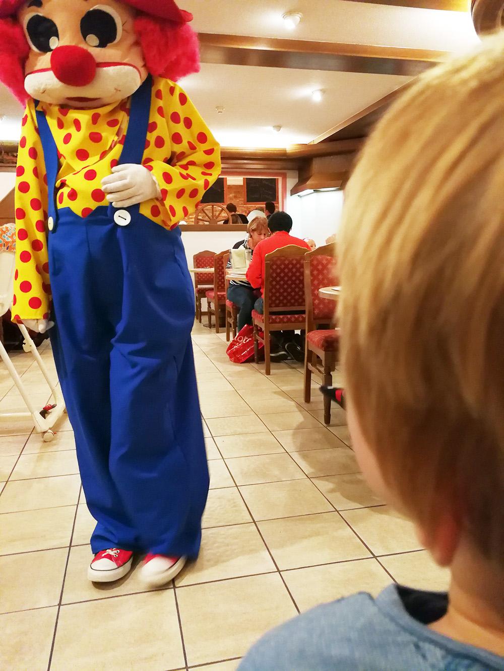 Familotel Landgut Furtherwirt Besuch vom Maskottchen Happy beim Abendessen