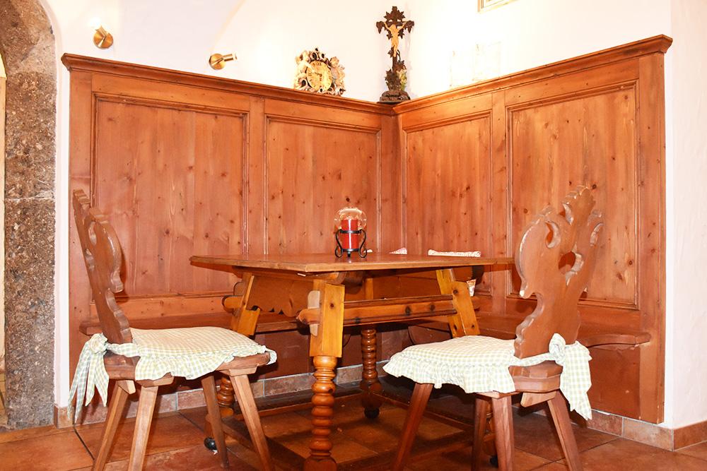 Familotel Landgut Furtherwirt gemütlicher Tisch bei der Bar