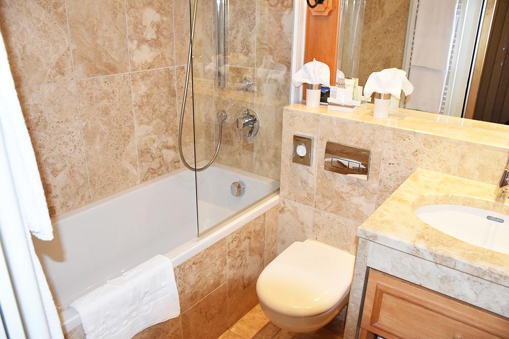 Bergspa Hotel LA VAL Hoteltipp für Brigels Badezimmer im Deluxe Doppelzimmer