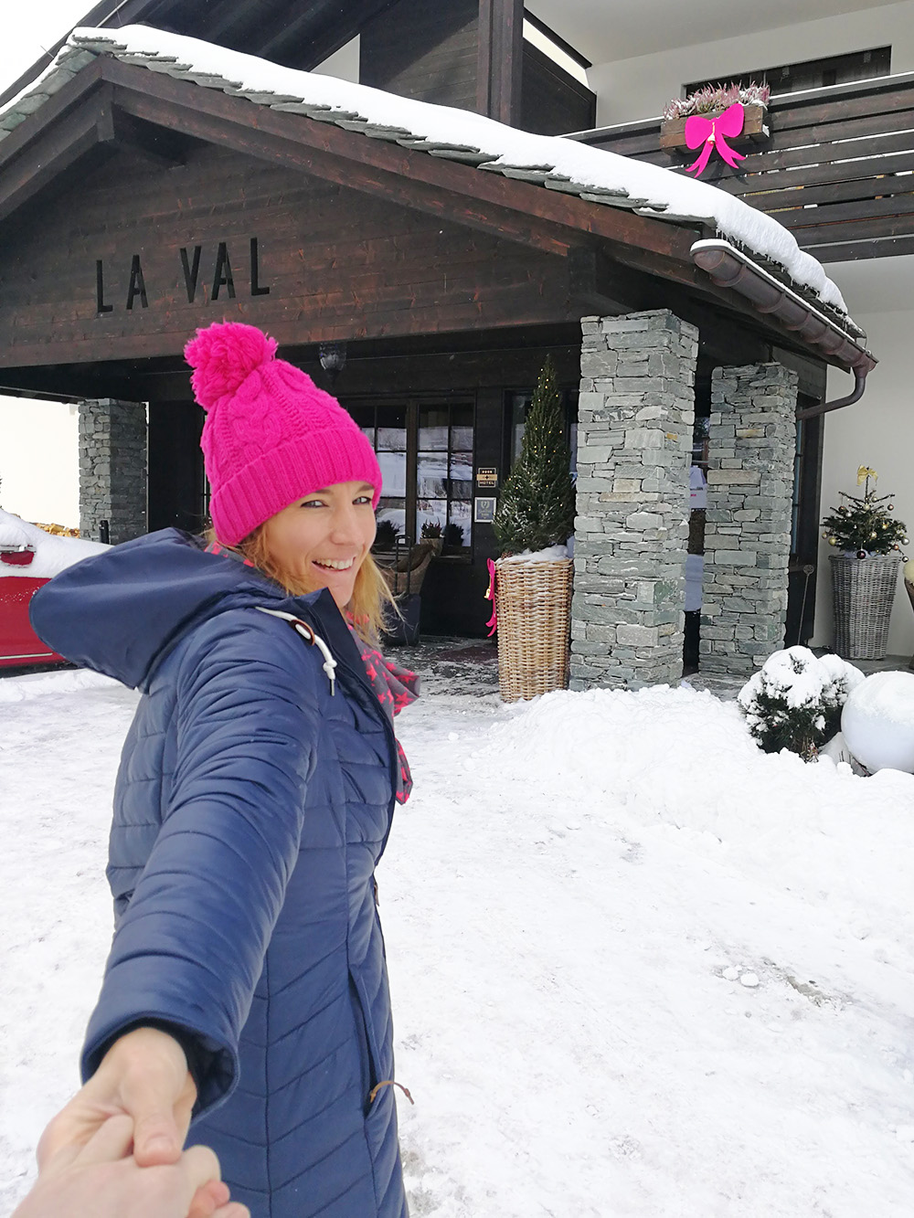 Bergspa Hotel LA VAL Hoteltipp für Brigels Travel Sisi vor dem Eingang