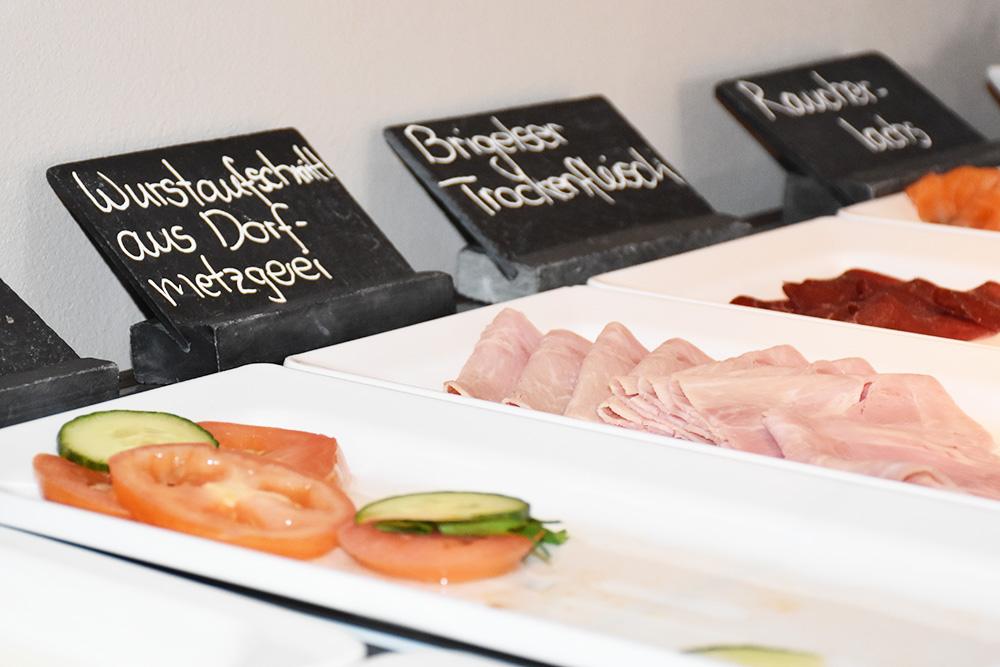 Bergspa Hotel LA VAL Hoteltipp für Brigels regionale Produkte beim Frühstück