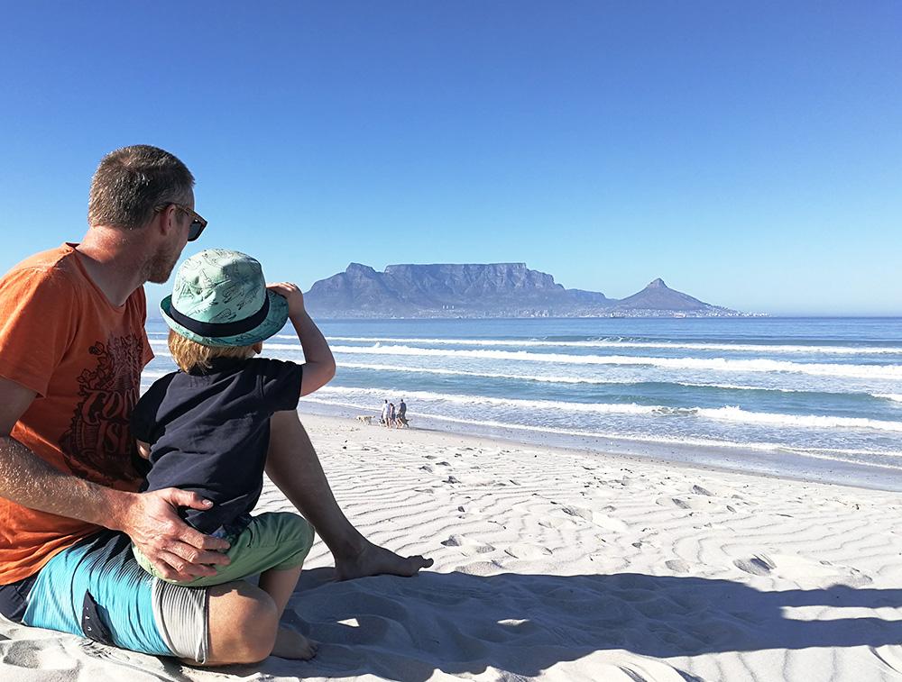 Travel Sisi mit den zwei Globetrottern am Strand von Kapstadt