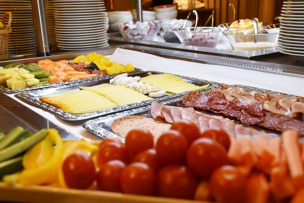 Hoteltipp Malbun JUFA Hotel Malbun - Alpin-Resort Aufschnitt Käse und Gemüse zum Frühstück