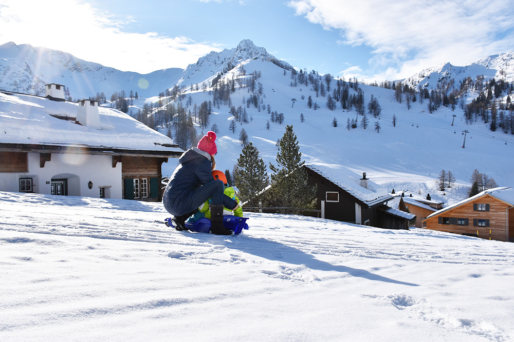 Hoteltipp Malbun JUFA Hotel Malbun - Alpin-Resort Travel Sisi und Sohn blicken auf Malbun