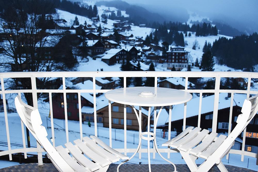 Reisetipps Wengen unterwegs mit Jack Daniel's Balkon mit Aussicht Hotel Regina