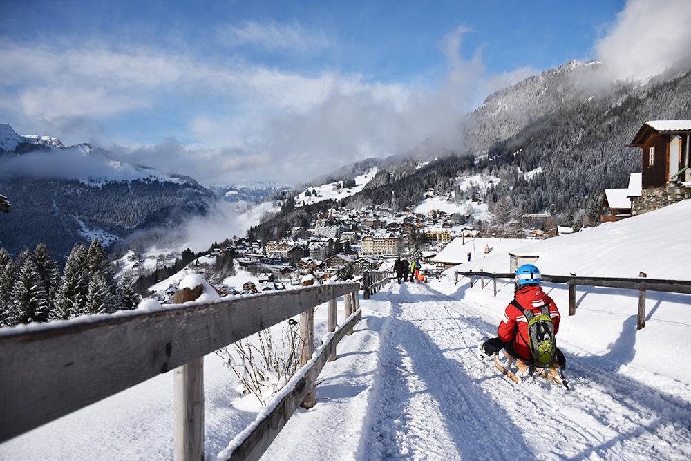Reisetipps Wengen unterwegs mit Jack Daniel's Blick auf Wengen auf der Winterwanderung