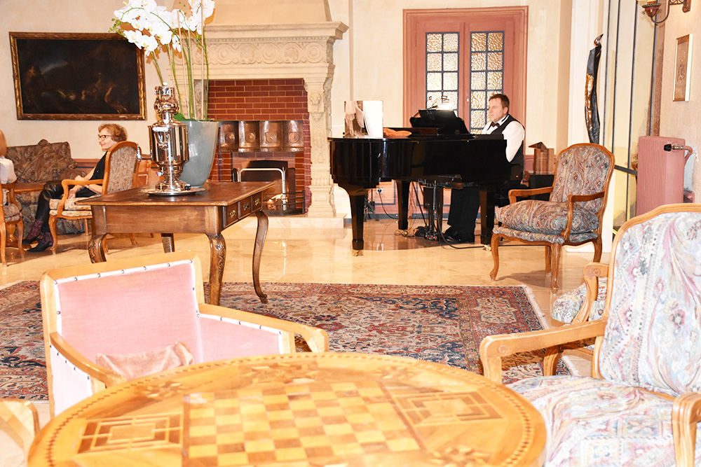Reisetipps Wengen unterwegs mit Jack Daniel's Pianist in der Bar im Hotel Regina