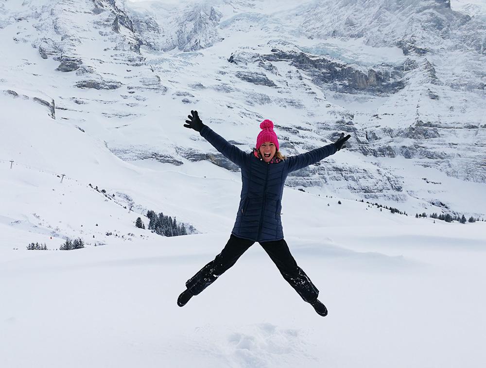 Reisetipps Wengen unterwegs mit Jack Daniel's Travel Sisi vor dem Jungfraumassiv
