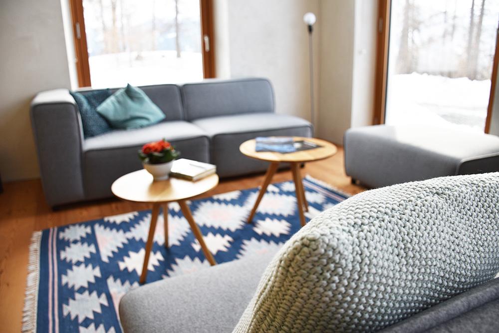 Hoteltipp Mathon Graubünden Pensiun Laresch Lounge mit Blick auf die Natur